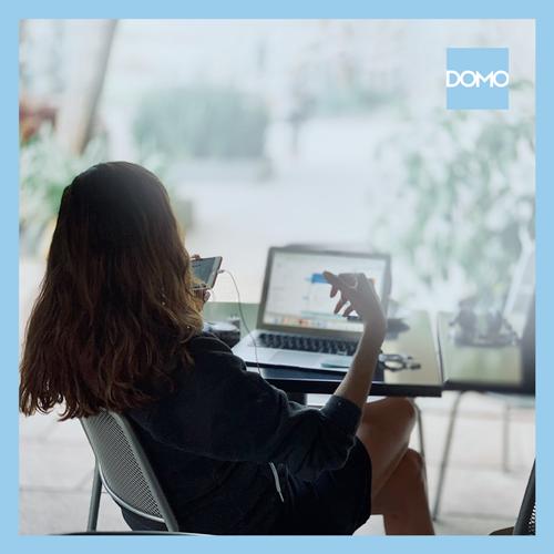 mulher usando domo no computador e celular