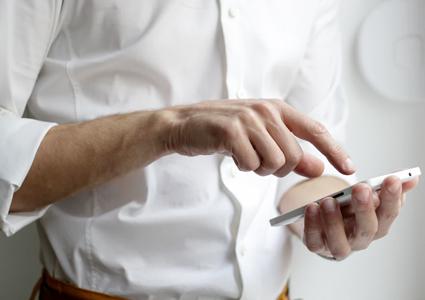 homem usando enterprise app de domo no smatphone